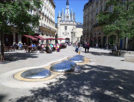Vue de la porte Cailhau depuis la place du Palais à Bordeaux